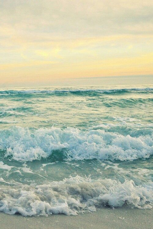 Ocean picture with waves by the shore